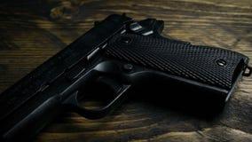 Dépassement de l'arme à feu sur le macro tir en bois clips vidéos