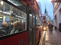 Dépassement de l'autobus devant la cathédrale du ` s de St Paul, Londres Photos libres de droits