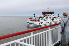 Dépassement des ferries entre Frysian Holwerd et Ameland Photo stock