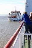 Dépassement des ferries entre le Néerlandais Holwerd et Ameland Photo libre de droits