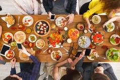Dépendance de dispositif d'instrument, dîner d'amis avec des smarphones Photos libres de droits