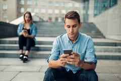 Dépendance de téléphone, personnes dépendantes, mode de vie moderne photos stock