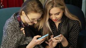 Dépendance sociale de media d'amis de loisirs femelles de bff Photo stock