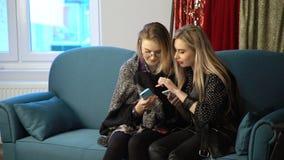 Dépendance sociale de réseau de téléphone de bff d'amies de femmes Image stock
