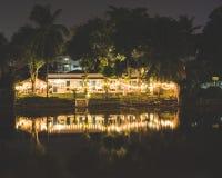 Dépendance sur le cinglement de rivière la nuit photographie stock