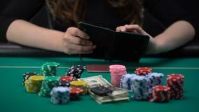 Dépendant à la femme de jeu ouvrant le portefeuille vide, déçu, gaspillage d'argent banque de vidéos