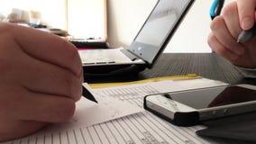 Dépenses calculatrices de comptable et explication pour le client banque de vidéos