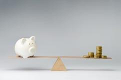 Dépenses d'argent contre l'épargne d'argent photographie stock libre de droits