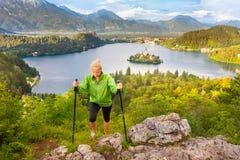 Dépistant autour du lac saigné en Julian Alps, la Slovénie Photographie stock