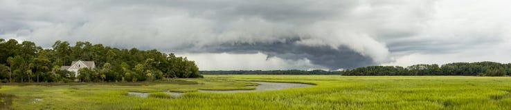 Déplacement avant de tempête au-dessus de la maison photo libre de droits