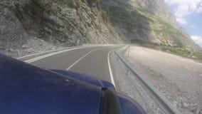 Déplacement avec le véhicule tous terrains sur la route sinueuse de montagne banque de vidéos