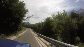 Déplacement avec le véhicule tous terrains sur la route sinueuse de montagne clips vidéos