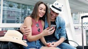 déplacement Couples utilisant le téléphone, transport de attente près d'aéroport banque de vidéos