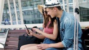 déplacement Couples utilisant le téléphone, transport de attente près d'aéroport clips vidéos
