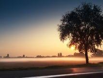 Déplacement dans le brouillard au matin Images stock