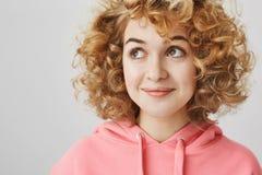 Déplacement dans ses rêves Portrait de fille rêveuse attirante avec les cheveux bouclés mignons regardant le coin gauche supérieu photos stock