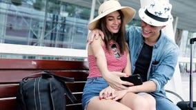 Déplacement de couples, faisant la photo au téléphone près de l'aéroport banque de vidéos