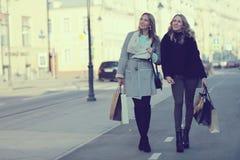Déplacement de deux amies de femmes Images libres de droits