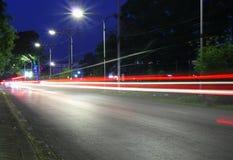 Déplacement de lumière de voiture brouillé sur la route de manière la nuit dans la ville Image libre de droits