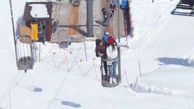 Déplacement de touristes de deux jeunes femmes en dolomites Levage utilisant un funiculaire banque de vidéos