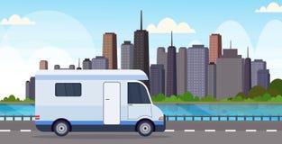 Déplacement de voiture de caravane sur le fond moderne de paysage urbain de voyage de route de véhicule de concept récréationnel  illustration de vecteur