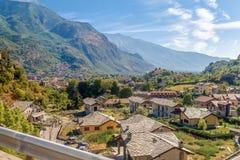 Déplacement en autobus dans les Alpes italiens - peu de ville alpine fortement en montagnes Images stock