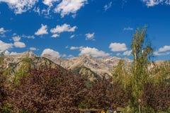 Déplacement en autobus dans les Alpes italiens - peu de ville alpine fortement en montagnes Photo libre de droits