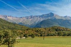 Déplacement en autobus dans les Alpes italiens - peu de ville alpine fortement en montagnes Image libre de droits