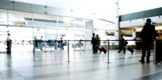 Déplacement en mouvement de gens d'aéroport Photos libres de droits