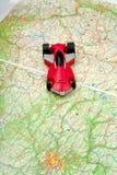 Déplacement en véhicule sur la carte du monde Photos libres de droits