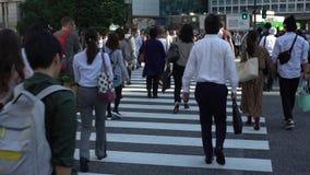 déplacement 4K de l'intersection asiatique Tokyo de Shibuya de passage pour piétons de foule clips vidéos