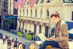 Déplacement masculin d'étudiant universitaire de jeune hispano-américain, étudiant photographie stock