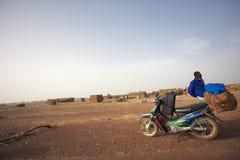 Déplacement migrateur d'africain noir au Mali vers l'Europe sur son Sc image libre de droits