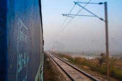 Déplacement par chemin de fer dans l'Inde Vue d'une porte ouverte de train Image libre de droits