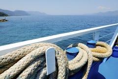 Déplacement par la mer Fermez-vous vers le haut de la corde d'ancre à la plate-forme de ferry-boat et de la belle vue de la mer photographie stock