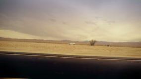 Déplacement par le désert dramatique de la voiture