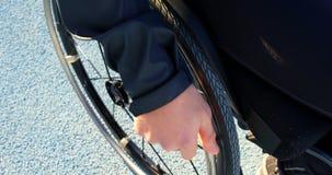 Déplacement sportif handicapé avec le fauteuil roulant à la rencontre sportive 4k banque de vidéos