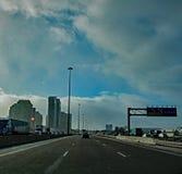 Déplacement vers l'ouest sur la route 401 à Toronto, Ontario, Canada photo libre de droits