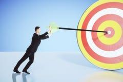 Déplacez-vous vers votre concept de but avec l'homme d'affaires poussant une flèche Photo libre de droits