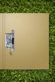 Dépliant de papier sur l'herbe photographie stock libre de droits