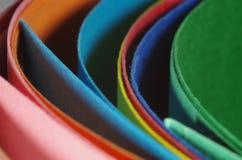 Dépliants incurvés colorés de carton Photo stock