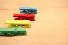 Dépouille le tissu multicolore placé sur une table en bois photographie stock libre de droits