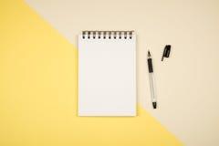 Dépouillez la photo de configuration avec la page vide de bloc-notes Photographie stock