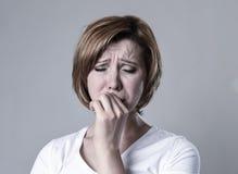 Dépression de souffrance blessée pleurante de sentiment triste de femme déprimée désolée dans l'émotion de tristesse image stock