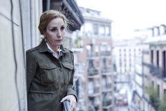 Dépression de souffrance de balcon perdu et triste de femme à la maison semblant réfléchie et solitaire Photo stock