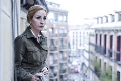 Dépression de souffrance de balcon perdu et triste de femme à la maison semblant réfléchie et solitaire Photos stock