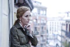 Dépression de souffrance de balcon perdu et triste de femme à la maison semblant réfléchie et solitaire Image stock