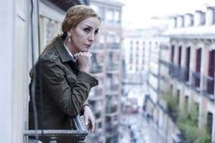 Dépression de souffrance de balcon perdu et triste de femme à la maison semblant réfléchie et solitaire Images libres de droits