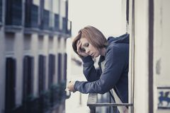 Dépression et effort de souffrance de jeune femme dehors au balcon photo stock