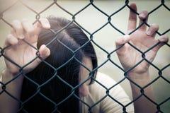 Déprimé, problème et solution Main désespérée de femmes sur la barrière de chaîne-lien image stock